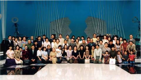 左端・松平定知アナと中川緑アナ NHKの「BSあなたが選ぶ時代の歌」のホームページに、私の写真と